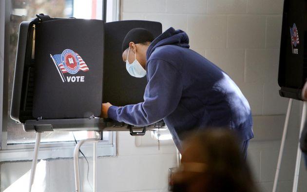 Una mujer vota en