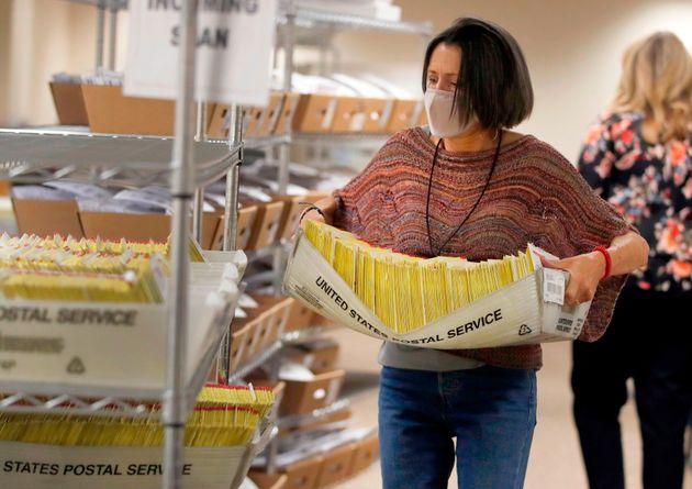 Una empleada traslada votos llegados por correo en una oficina de Salt Lake City (Utah), el pasado 29...