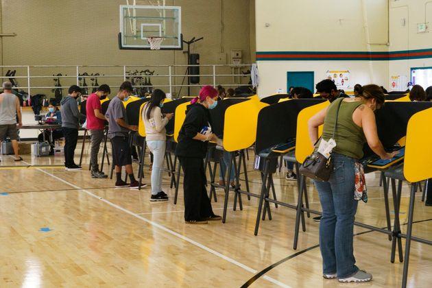 Votantes llenan sus papeletas durante el día de las elecciones presidenciales de Estados Unidos, en Los...