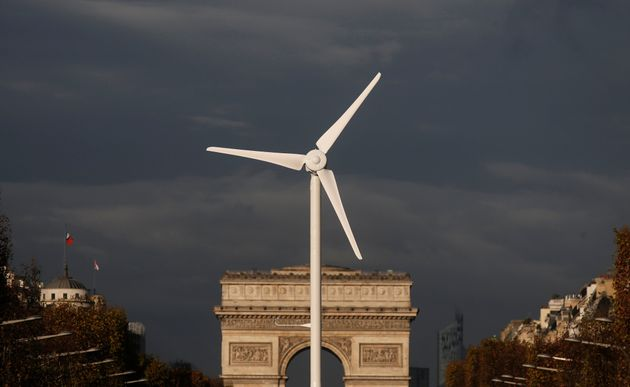 Un aerogenerador frente al Arco del Triunfo, en París, durante la COP21 World Climate