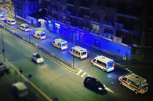 La foto delle ambulanze incolonnate a