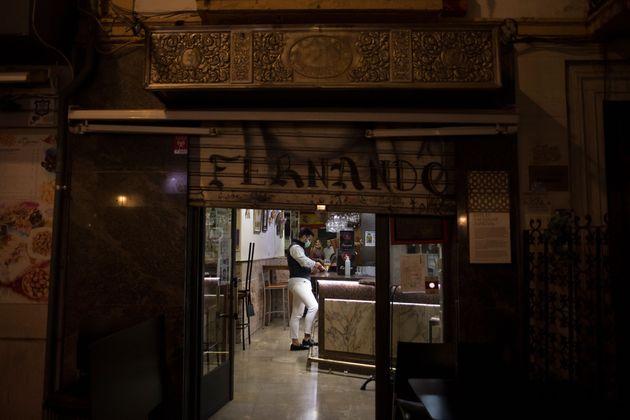 Un bar a punto de cerrar, en
