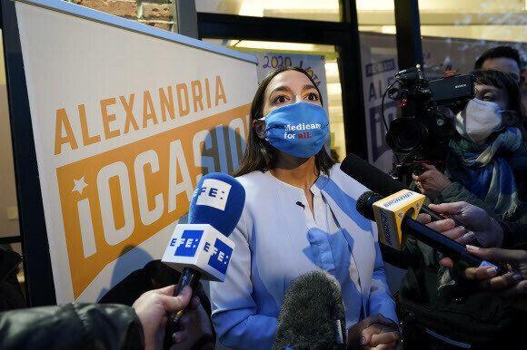 알렉산드리아 오카시오코르테즈 미국 하원의원이 3일(현지시각) 뉴욕주 브롱크스에 있는 자신의 사무실 앞에서 언론과 인터뷰를 하고