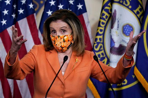 La presidenta de la Cámara de Representantes Nancy Pelosi habla con reporteros en el Capitolio, el jueves...