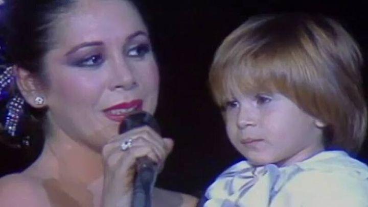 Pantoja saca al escenario a su hijo de tres años en en 1985, en un concierto celebrado en el Teatro Lope de Vega de Madrid con la reina Sofía como invitada de honor.