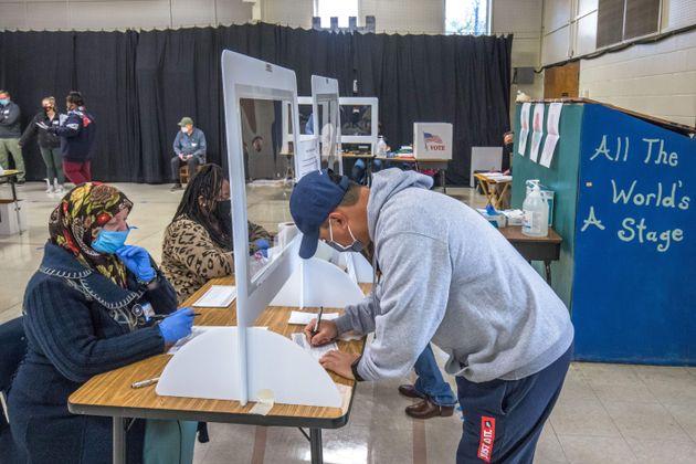 Un grupo de ciudadanos vota en el colegio First Ward Elementary School, en Charlotte, Carolina del