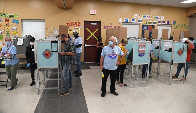 Un grupo de ciudadanos vota en el Veterans Memorial Leisure Center, en Las Vegas,