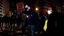 Marcha pacífica del movimiento 'Black Lives Matter' durante la noche
