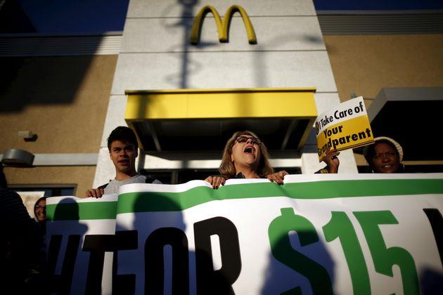 Una protesta a favor de un salario mínimo frente a un restaurante de la cadena McDonald's, en...