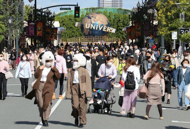 「GoToイベント」事業の初日、多くの来場者でにぎわうユニバーサル・スタジオ・ジャパン(USJ)=11月4日、大阪市此花区