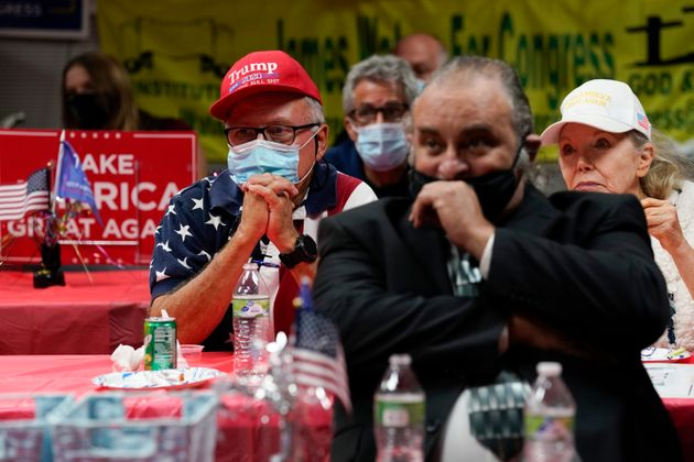 트럼프 대통령 지지자들이 개표 결과를 지켜보고 있다. 스탠턴, 캘리포니아주. 2020년