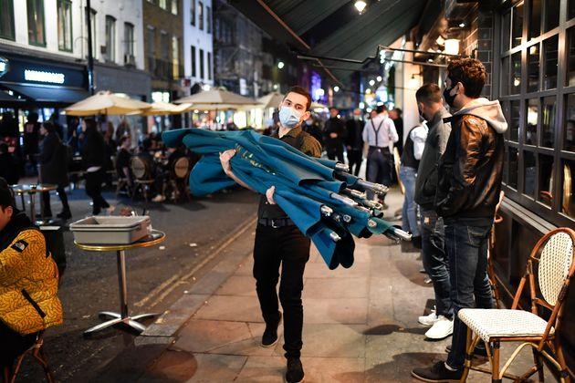 Στους δρόμους και στις παμπ ξεχύθηκαν οι Λονδρέζοι την τελευταία νύχτα πριν το
