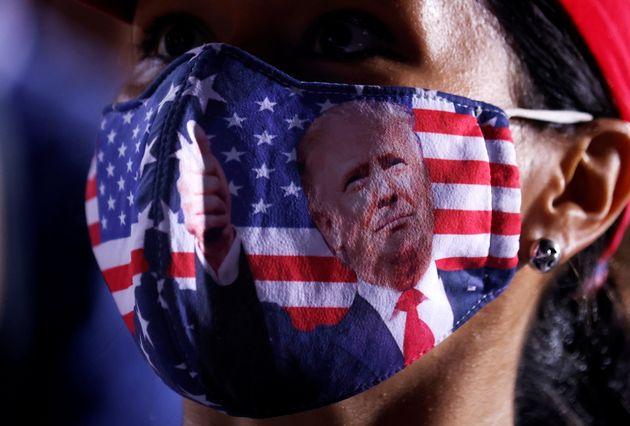 Una simpatizante de Trump, con una mascarilla con su rostro en Florida, EEUU, el 2 de