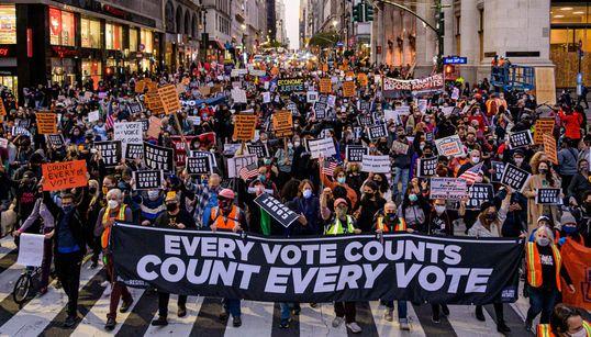 """""""Count Every Vote!"""", το σύνθημα που ηχεί στους δρόμους των ΗΠΑ μετά τις απειλές Τραμπ"""