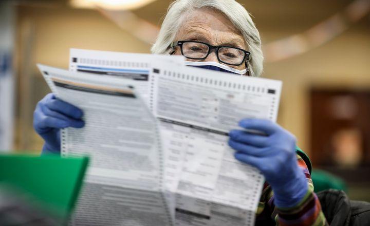 À Denver, dans le Colorado, la juge élection Bonnie Carr vérifie des bulletins le 3 novembre 2020: (Photo by Marc Piscotty/Getty Images)