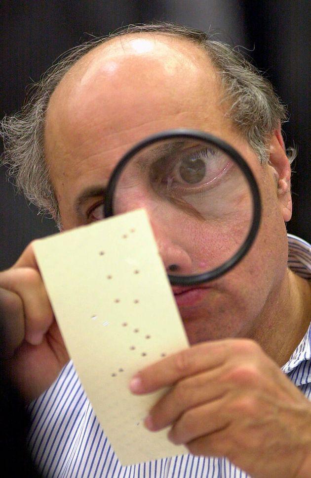 Un ayudante judicial, repasando fotos en Fort Lauderdale, Florida, el 24 de noviembre de