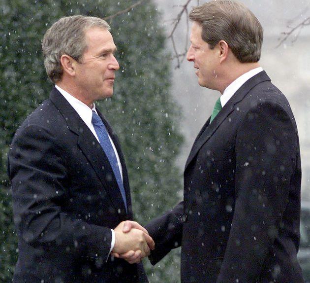 George W. Bush, presidente electo en ese momento, saluda al entonces vicepresidente de EEUU y su adversario...