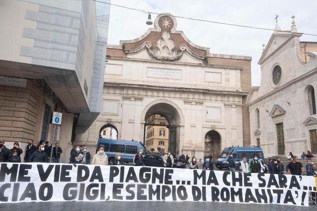 Lo striscione dei tifosi della AS Roma in piazza del Popolo per i funerali in forma privata di Gigi Proietti...