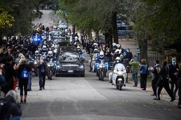 Il passaggio del feretro a Villa Borghese durante il funerale laico di Gigi Proietti al Globe Theatre,...