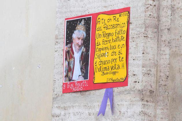 Un cartellone in piazza del Popolo per i funerali di Gigi Proietti in forma privata presso la chiesa...