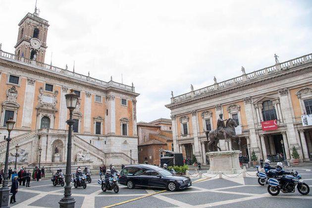 Il feretro di Gigi Proietti nel passaggio al Campidoglio nel giorno del suo funerale a Roma, 5 novembre...