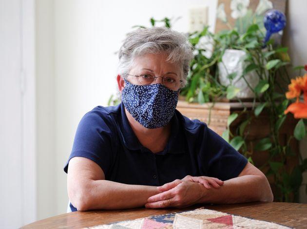 Bonnie Coughlin, con mascarilla en su casa de Gilbertsville,
