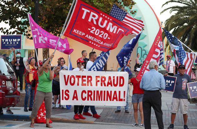 도널드 트럼프 대통령이 부정선거와 불법 투표에 대해 거짓 주장을 굽히지 않자 그의 지지자 일행이 플로리다주 올랜도 레이크에올라공원에 모여
