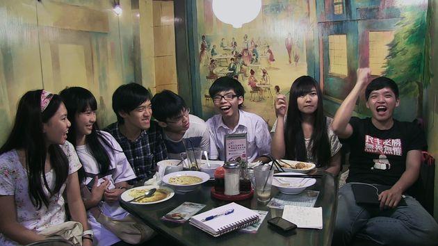 香港の民主活動家・ジョシュア・ウォン(黄之鋒)、アグネス・チョウ(周庭)の姿も、映画『私たちの青春、台湾』より