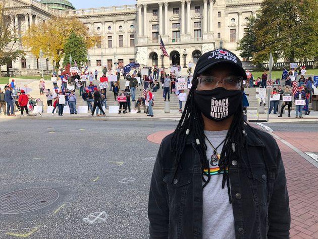 Symphany Jones, de 25 años, se encuentra frente a un pro-Trump