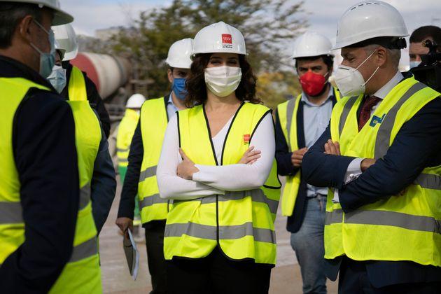 Ayuso visita las obras del nuevo hospital Covid-19 en Valdebebas, Madrid, el 23 de octubre de