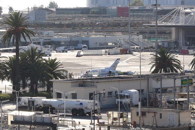 Sur le tarmac de l'aéroport de Nice ce 6 novembre, une ambulance escortée de voitures de police est arrivée...