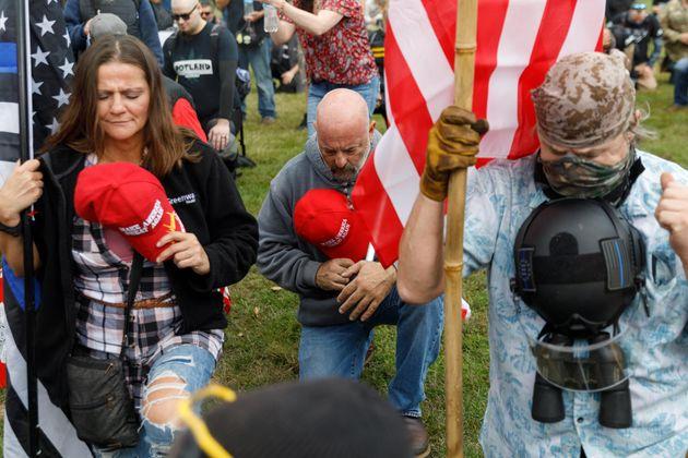 Miembros del grupo supremacista proTrump de los 'Proud Boys' en un acto en Oregon, el 26 de