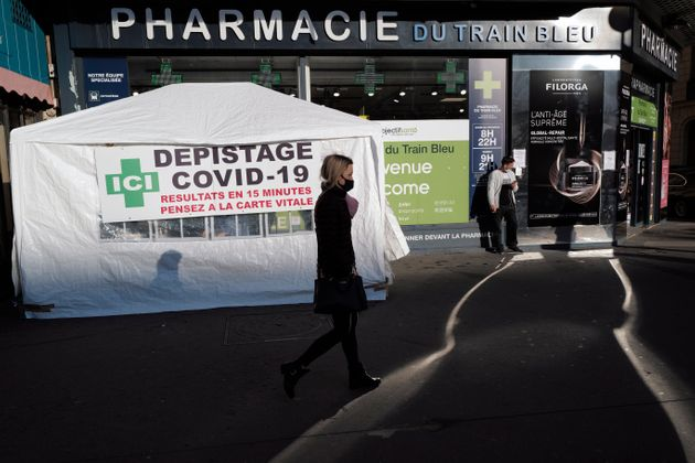 Certaines pharmacies ont mis en place des centres de tests rapides, comme sur cette photo prise à...