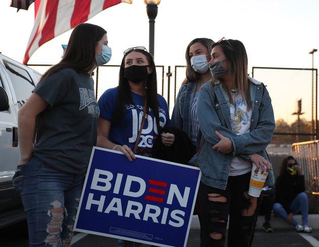 민주당 조 바이든 후보가 대국민 기자회견을 예고한 가운데, 회견 장소인 체이스센터 인근에 지지자들이 모여있다. 윌밍턴, 델라웨어주. 2020년