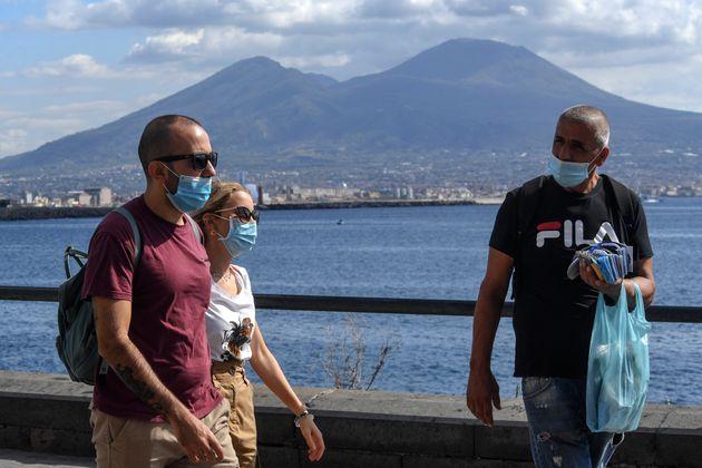 A Napoli folla sul lungomare, ristoranti pieni e