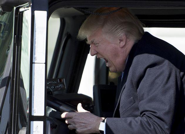 Trump gesticula al volante de un