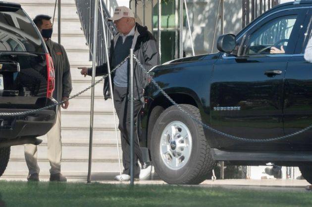 Trump abandona la Casa Blanca para jugar al