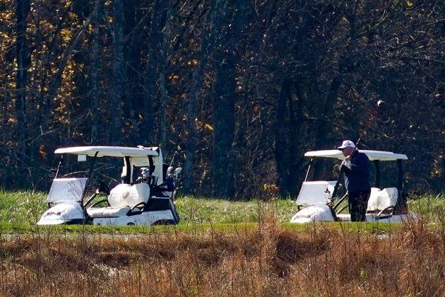Donald Trump en train de jouer au golf au moment de l'annonce de la victoire de Joe Biden le 7 novembre...