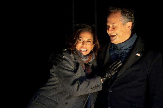 Kamala Harris y su esposo, Douglas Emhoff, en un acto de campaña en Pittsburgh, el pasado 2 de