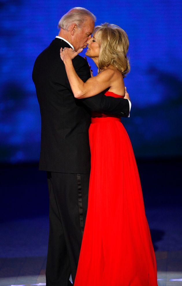Joe y Jill Biden, en el baile anual de la Casa Blanca de 2009, cuando el demócrata ocupaba la...
