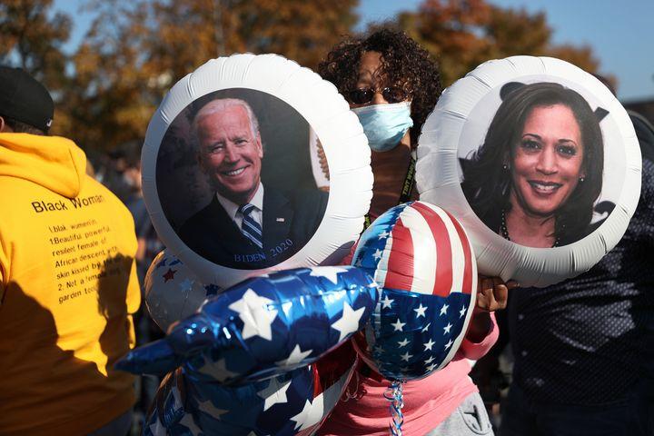 Violetta Smith célèbre la victoire du candidat démocrate à la présidentielle Joe Biden au Chase Center, où M. Biden devrait faire une annonce le 07 novembre 2020 à Wilmington, Delaware.