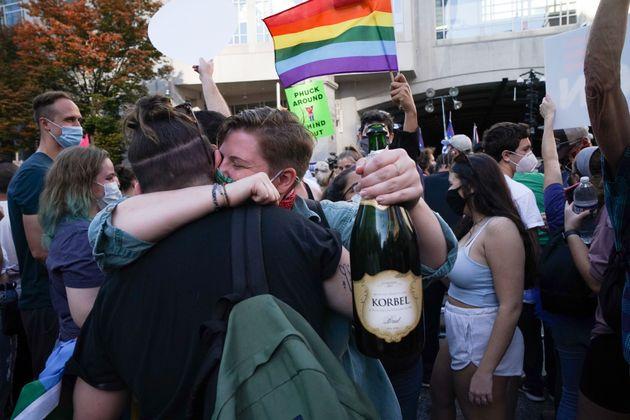 Δάκρυα χαράς και ξέφρενοι πανηγυρισμοί - Αμερικανοί γιορτάζουν την ήττα του