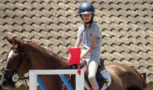 Victoria Federica, subida a su caballo en