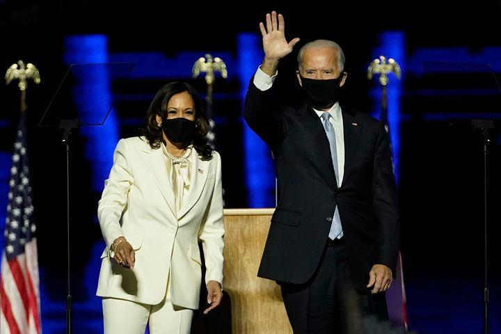 Joe Biden et Kamala Harris, ici sur la scène installé à Wilmington pour leur première apparition après leur victoire, ont dévoilé leur plan anti-Covid.
