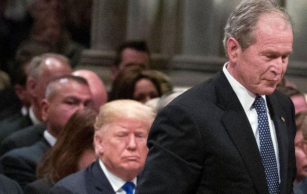 George W. Bush pasa delante de Donald Trump en el funeral de su