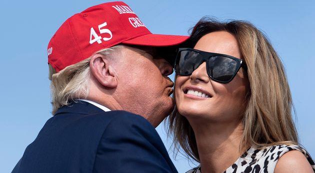 Donald Trump trata de dar un beso a