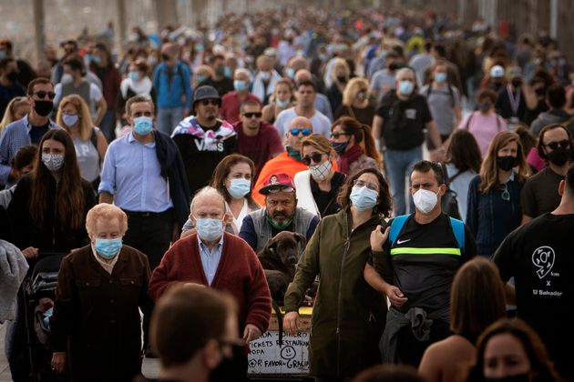 Un grupo de personas pasea por la