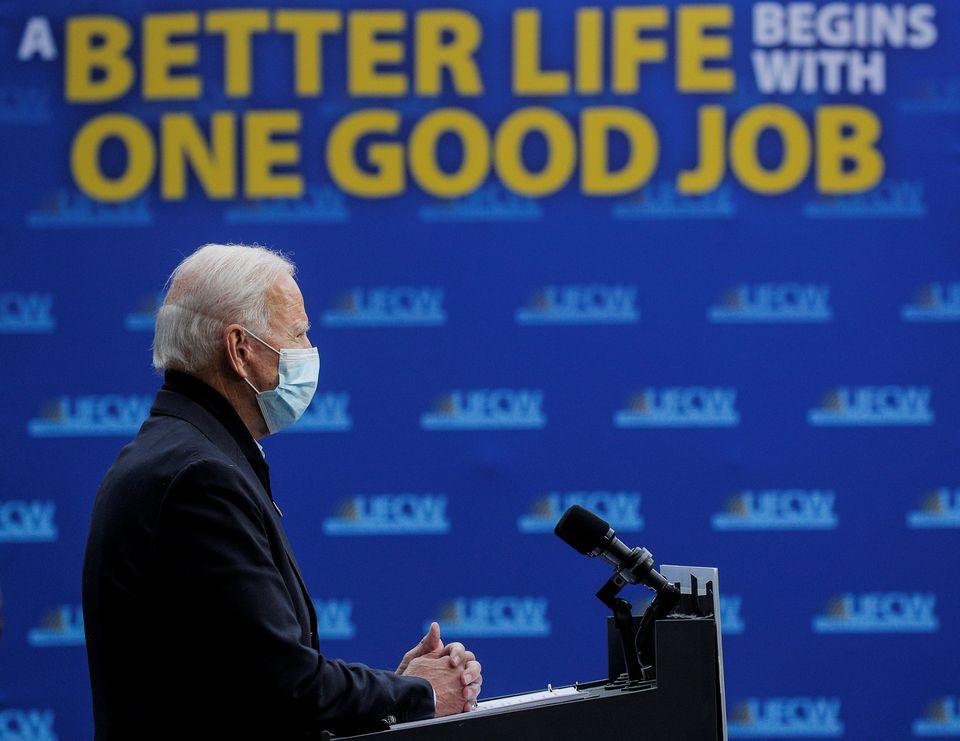 민주당 대선후보 조 바이든이 산별노조 UFCW를 방문한 자리에서 회견을 열어 코로나19와 경제에 대해 발언하고 있다. 그랜드래피즈, 미시간주.2020년