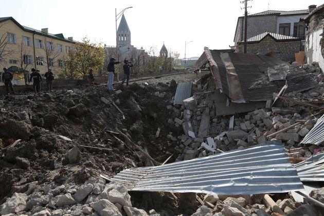 砲撃でクレーターが出来たシュシャの市街地(2020年10月28日撮影)