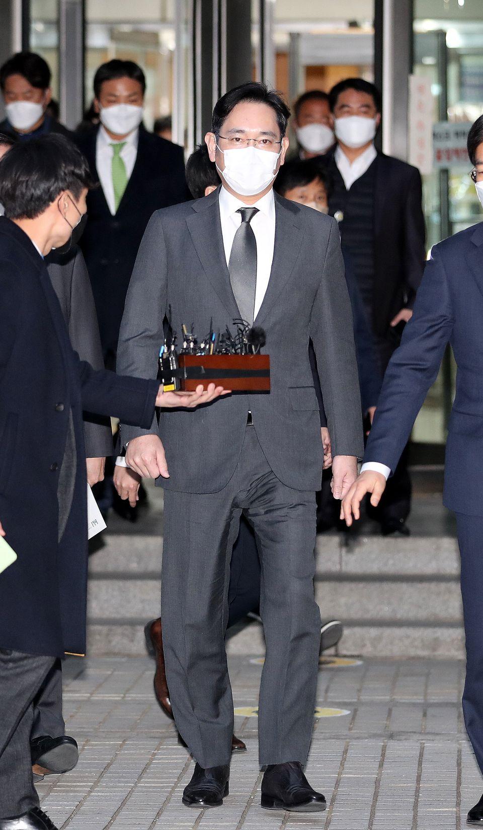 이재용 삼성전자 부회장이 9일 오후 서울 서초구 서울고등법원에서 열린 `국정농단' 사건 파기환송심 재판을 마친 뒤 법원을 나서고
